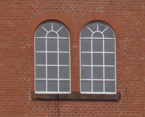 Stahlbogenfenster mit Öffnungsflügel und Sprossen