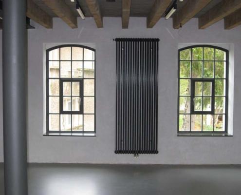 Stahlfenster mit Bogen und Sprossen, Öffnungsflügel mittig