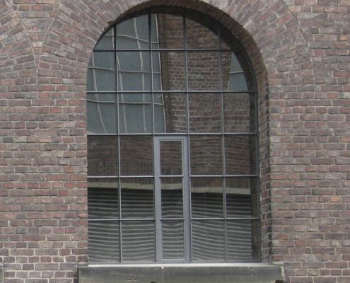 großformatiges Stahlfenster mit Halbkreis, Festverglasung mit einem Öffnungsflügel mittig