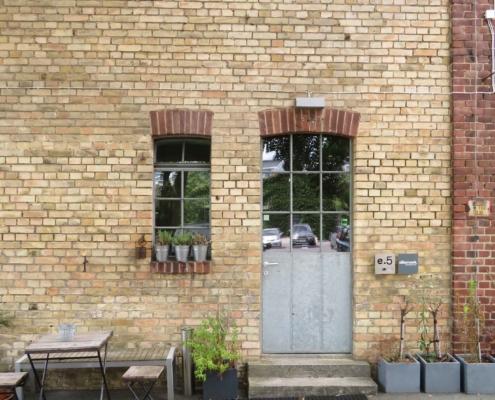 Stahltür und Stahlfenster mit Bogen, wärmegedämmt mit Sprossen Industrial Style