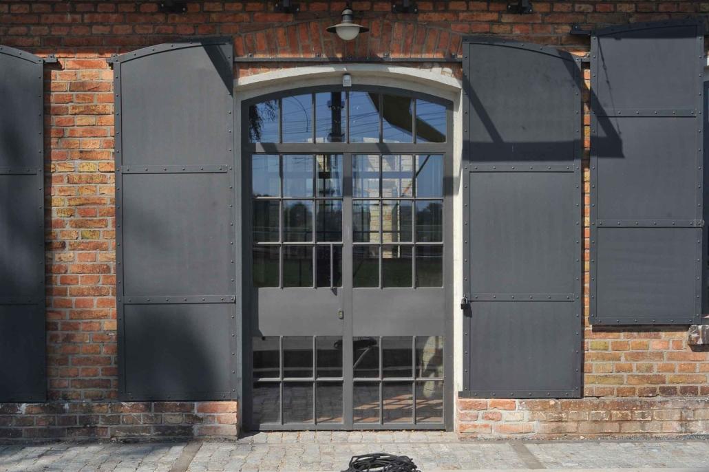 wärmegedämmte Stahleingangstür mit Sprossen, Oberlicht mit Bogen, Industriedesign (Projekt : 044-01)