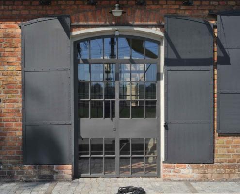 Stah-Eingangstür wärmegedämmt Industriedesign mit Sprossen