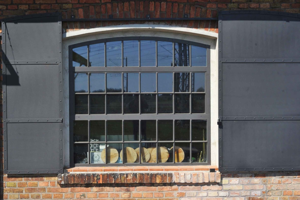 wärmegedämmtes Stahlfenster mit Bogen, ein Öffnungsflügel kipp, schmale Sprossen im Industriedesign