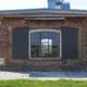 wärmegedämmtes Stahlfenster mit Bogen, schmale Sprossen im Industriedesign.