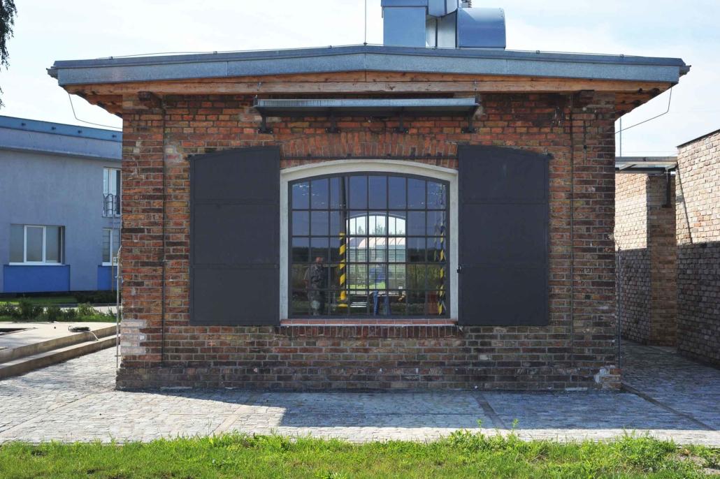 wärmegedämmtes Stahlfenster mit Bogen, schmale Sprossen im Industriedesign