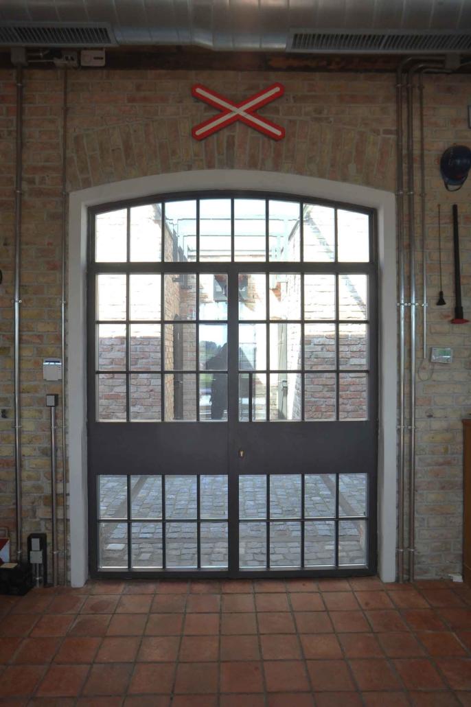 wärmegedämmte Stahltür mit Bogen, zweiflüglig stulp, mit Sprossen im Industriedesign