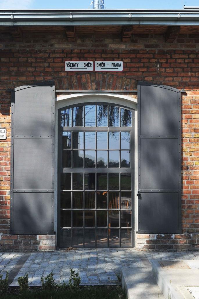 wärmegedämmtes Stahlfenster mit Bogen, schmale Sprossen im Industriedesign, ein Öffnungsflügel und Festverglasung