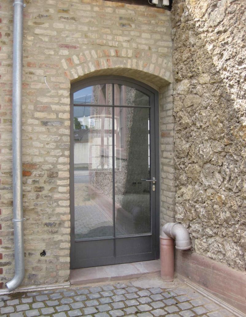 wärmegedämmte Stahltür mit Sprossen im Industriedesign, im Bereich Denkmalschutz