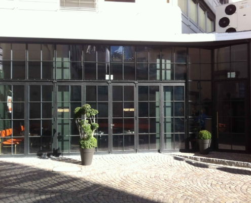 wärmegedämmte Stahlfassade mit Stahl Glas Faltwand