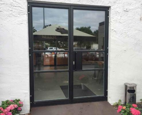 Stahl-Glas-Eingangstür zweiflüglig nach außen, Fluchttür, im Industriedesign