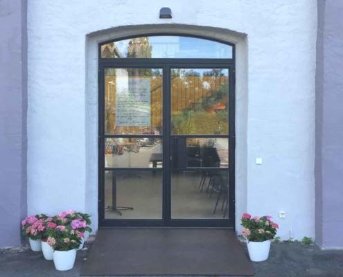 Stahl-Glas-Eingangstür zweiflüglig, Oberlicht mit Bogen, Industriedesign