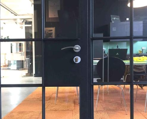 Stahltür mit Schlosskasten Industriedesign mit Sprossen