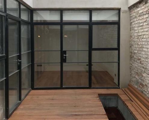 Stahl-Glas Wand mit Türen im Industriedesign schwarz