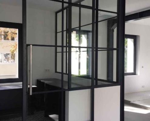 Stahl-Glas Innentrennwand mit Schiebetür und Sprossen beidseitig
