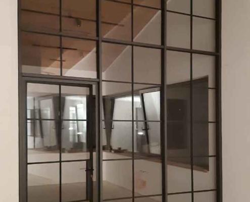 Stahl Glas Trennwand im Industriedesign Loftstyle